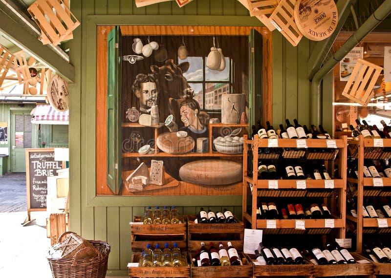 Vini ed acquisto della squisitezza a Viktualien Markt a Monaco di Baviera fotografia stock