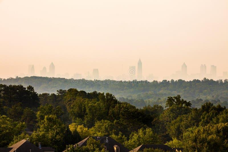 Vinings grannskap med i stadens centrum horisont i baksidan i Atlanta arkivfoton