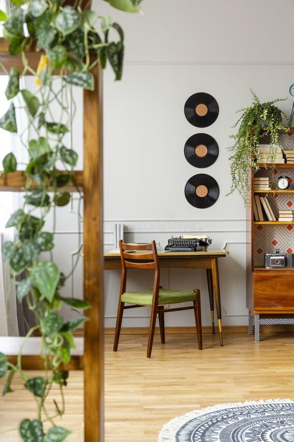 Vinis acima da mesa com a máquina de escrever no apartamento à moda do vintage imagens de stock