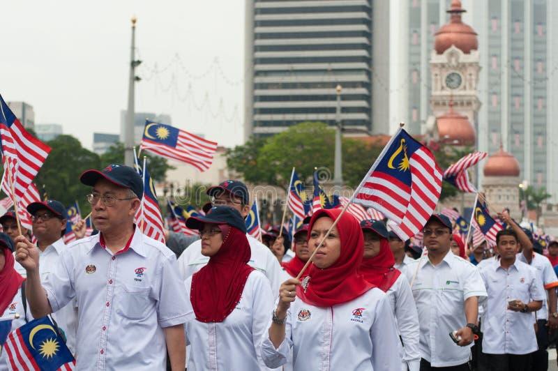 Vinka för deltagare malaysiska flaggor under självständighetsdagen för Malaysia ` s royaltyfria foton