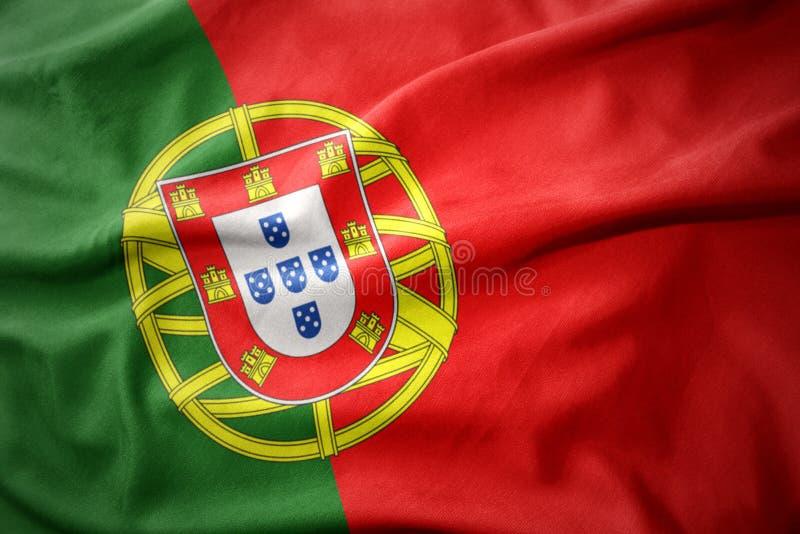 Vinkande färgrik flagga av Portugal arkivfoto