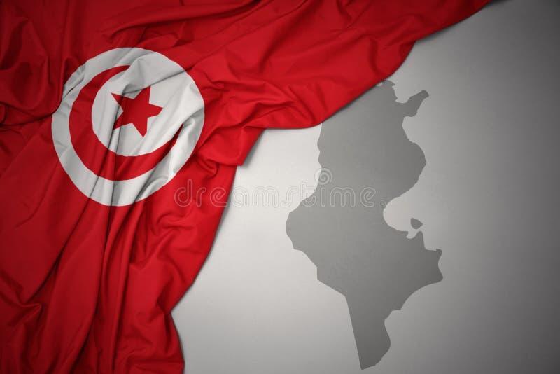 Vinkande färgrik nationsflagga och översikt av Tunisien royaltyfri illustrationer