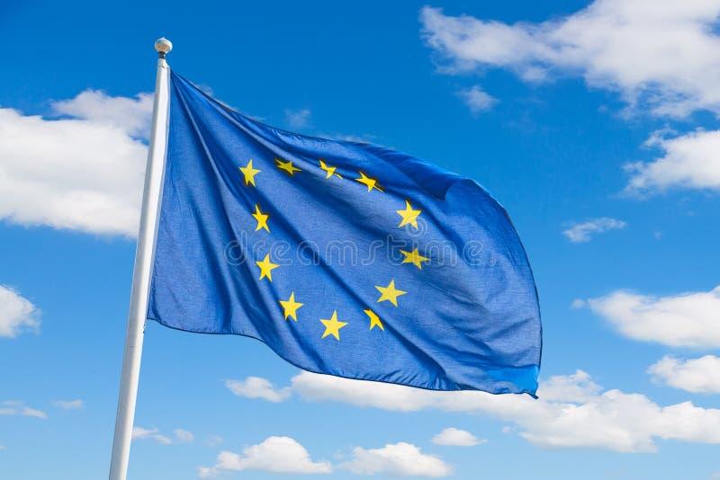 Vinkande flagga för europeisk union mot bakgrund för blå himmel arkivfoto