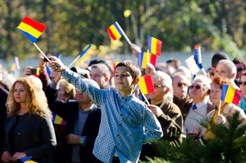 Vinkande flaggor för rumänsk folkmassa fotografering för bildbyråer