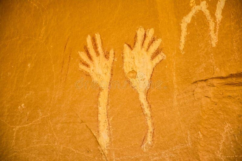 Vinkande handPictograph på kanjonPintado det nationella historiska området, Rangely Colorado arkivbilder