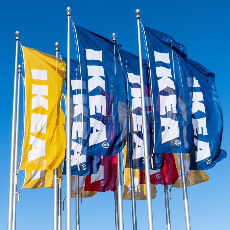 Vinkande Ikea märkesflaggor arkivbilder