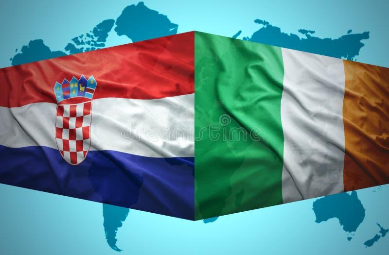 Vinkande kroat- och irländareflaggor royaltyfri bild