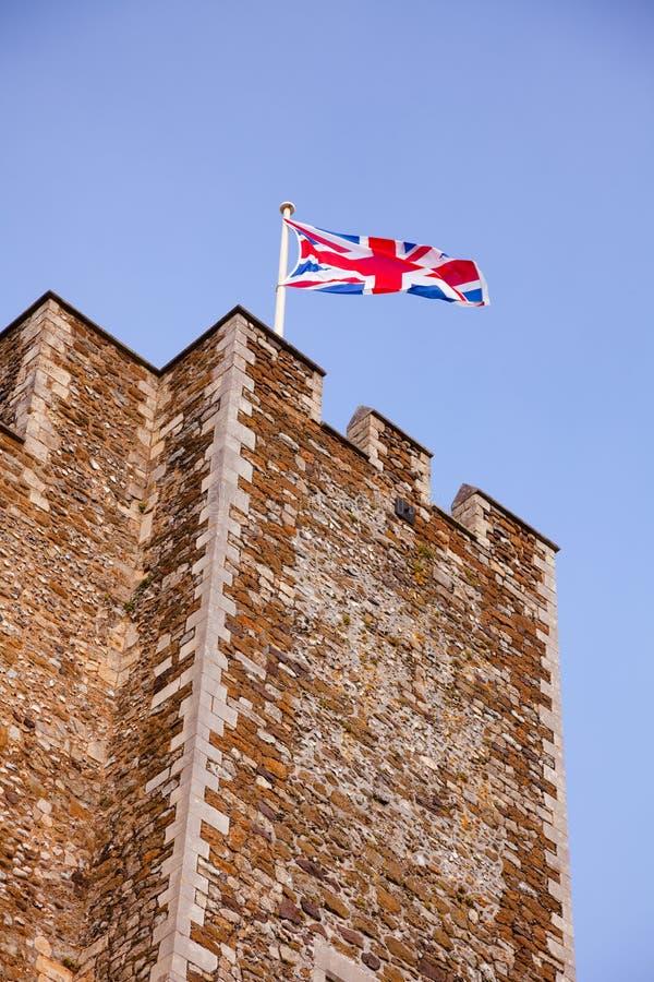 Vinkande Union Jack på Dover Castle Tower Kent Southern England UK royaltyfri fotografi