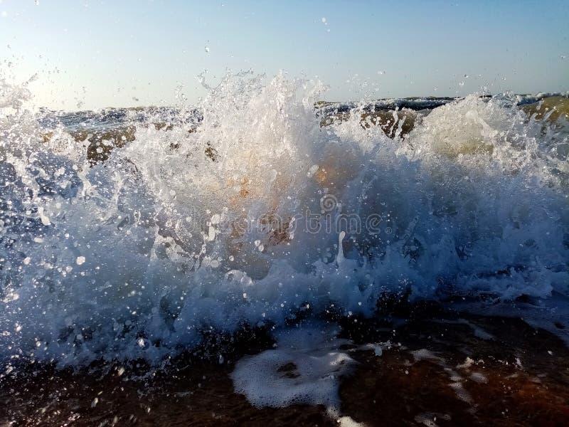 Vinkar i havet Plaska vågor med vattendroppar royaltyfri fotografi