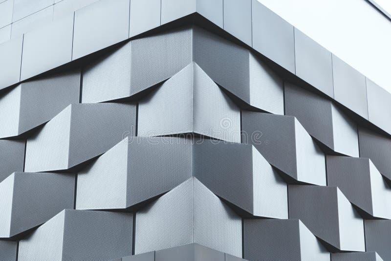 Vinkel av den futuristiska byggnadsväggen för svart metall royaltyfri bild