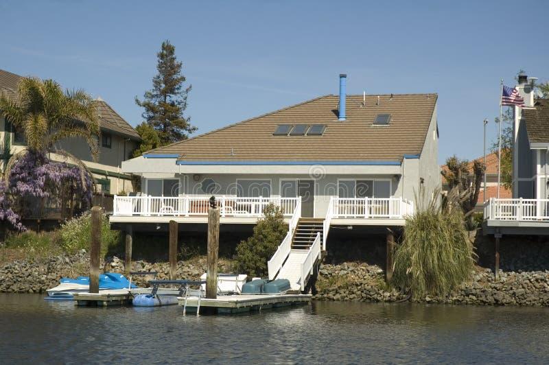 Vinkelformigt hus på vattnet royaltyfri fotografi