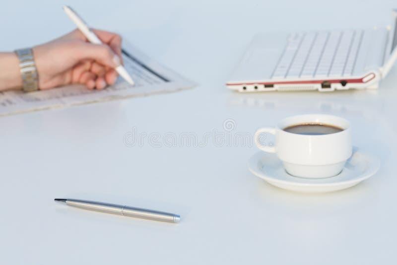 Vinkelsikt av arbetsstället med bärbar datorfärgblyertspennor och affärstidningen royaltyfri bild
