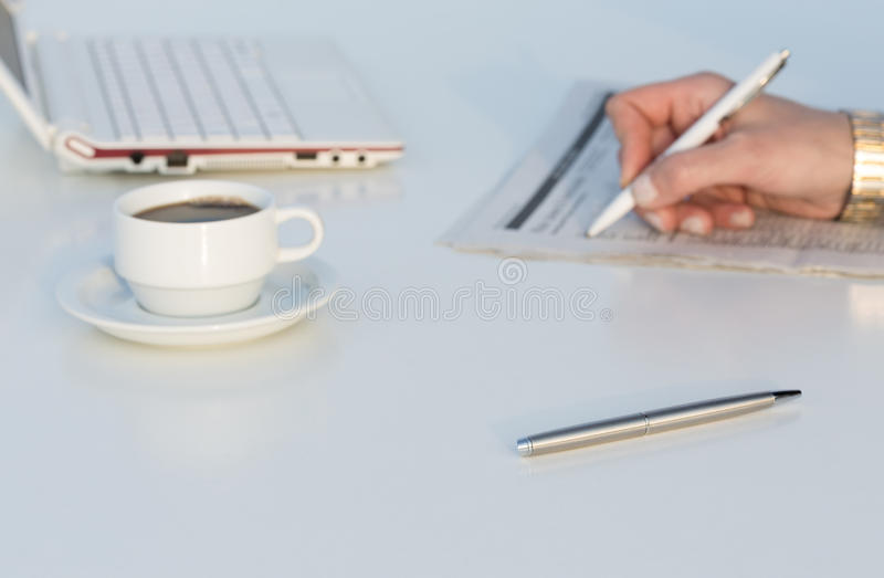 Vinkelsikt av arbetsstället med bärbar datorfärgblyertspennor och affärstidningen royaltyfri fotografi