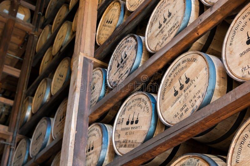 Vinkelsikt av att åldras bourbon på den Woodford reserven royaltyfri fotografi