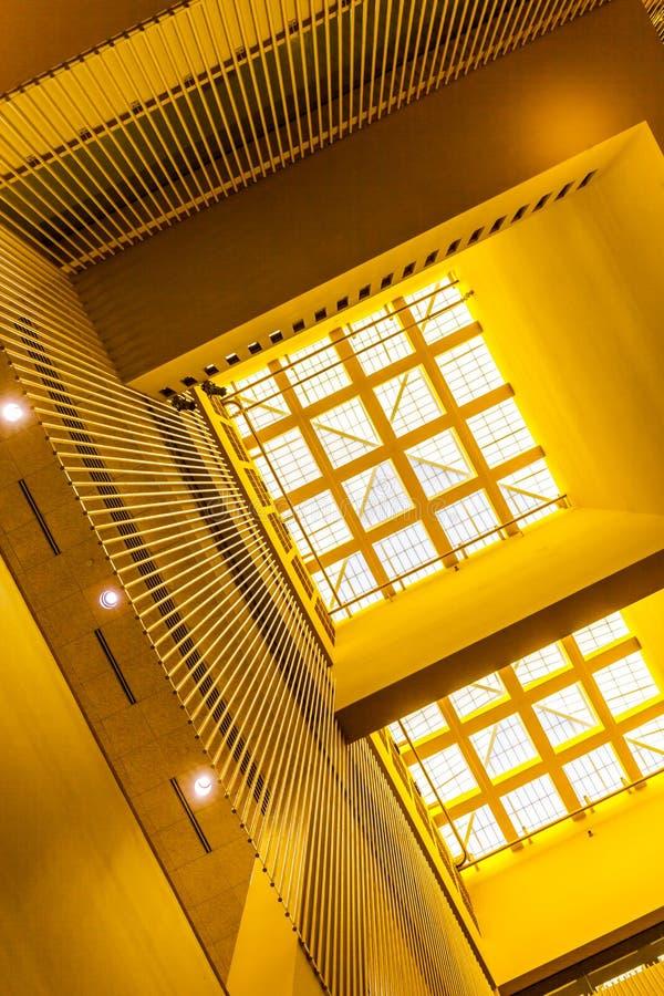 Vinkelsikt av takfönsterfönster med gula väggar, modern inre arkitektur royaltyfria bilder