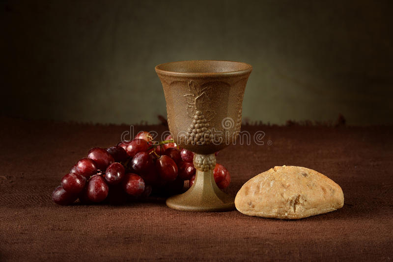 Vinkopp med druvor och bröd arkivbild