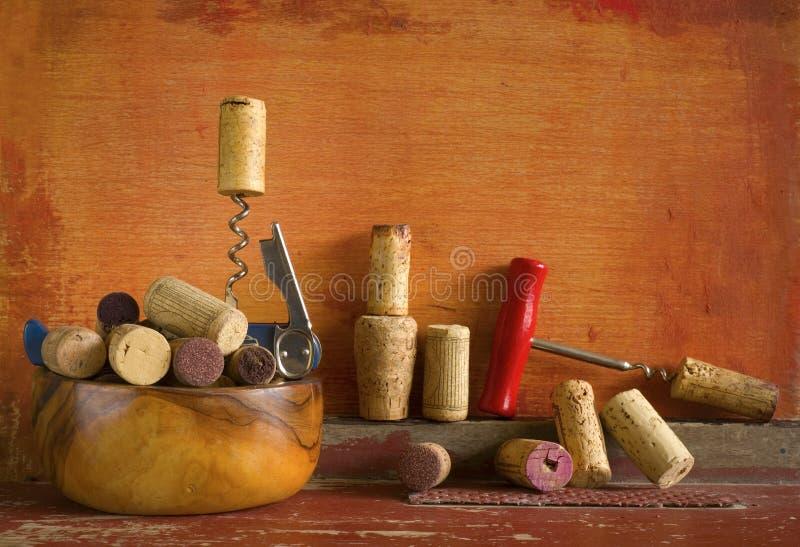 Vinkorkar och korkskruv, royaltyfri fotografi