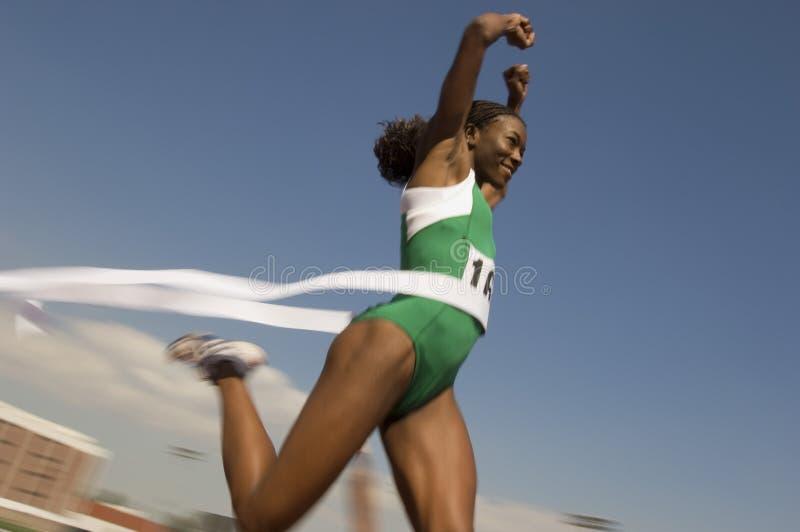 Vinnande lopp för kvinnlig löpare royaltyfri bild