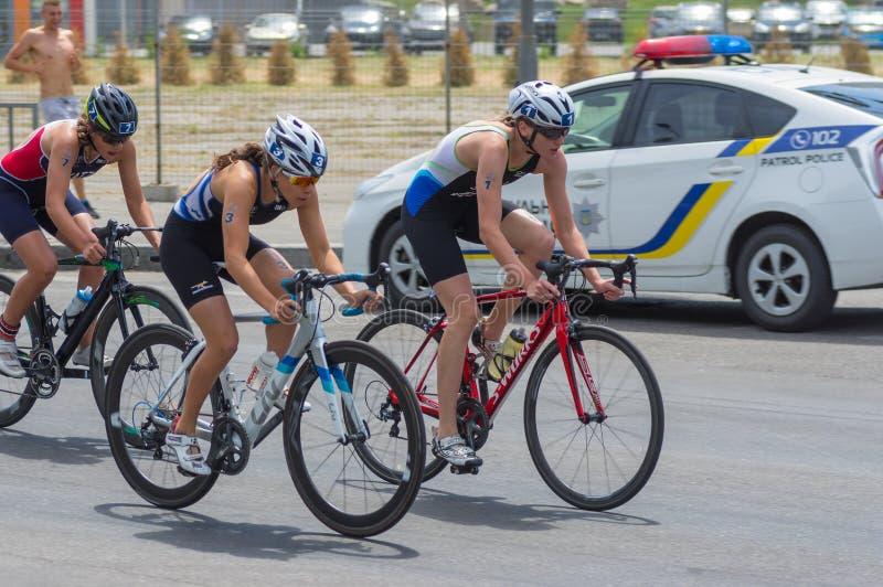 Vinnare, övre löpare och tredje ställe som konkurrerar på loppet för cykel för kvinna` s under den Dnipro ETU triathlonen Junior  royaltyfria bilder