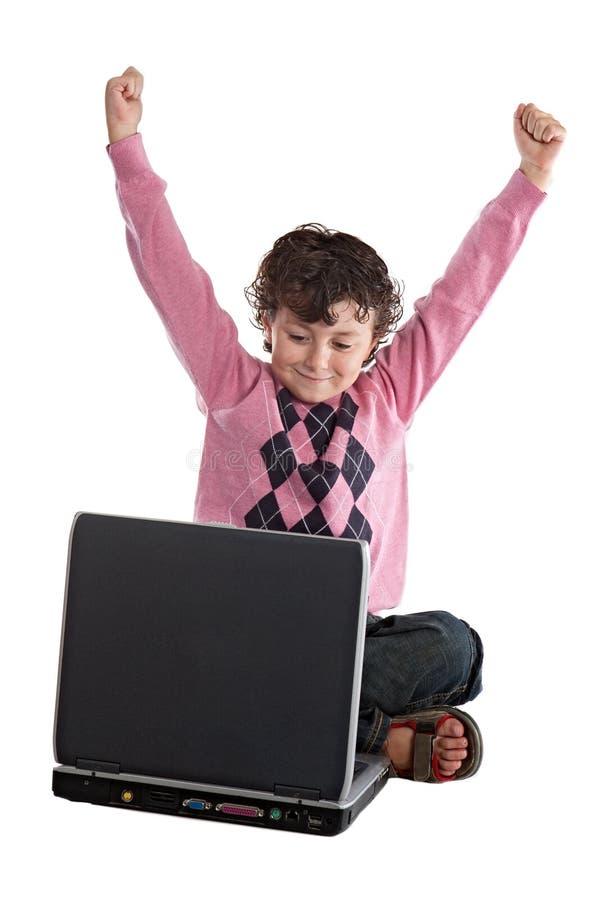 vinnare för lycklig bärbar dator för barn sittande royaltyfria bilder