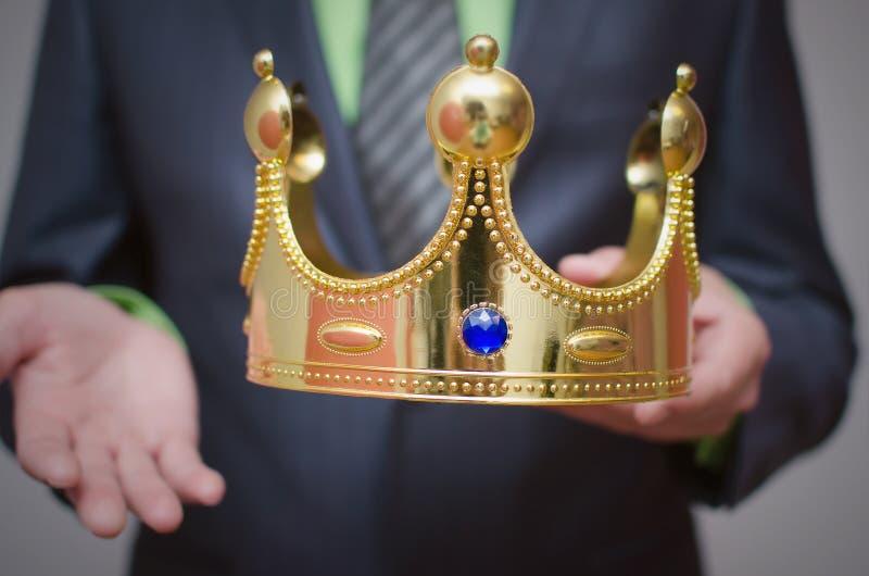 Vinnare kronaguld pryder med pärlor röda rubies coronation arkivfoto