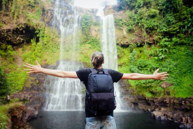 Vinnare nära vattenfallet Aktivt livbegrepp royaltyfri foto