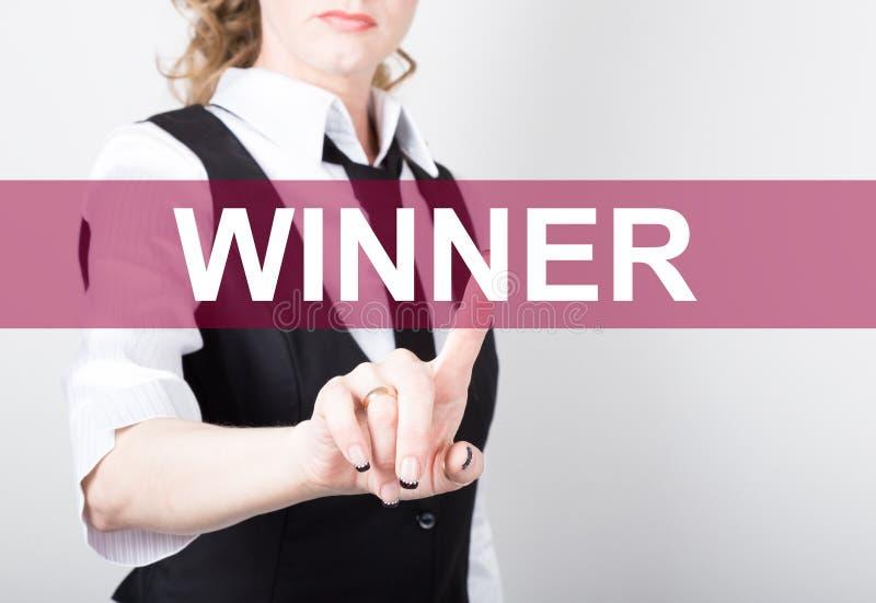 Vinnare som är skriftlig på den faktiska skärmen Teknologi-, internet- och nätverkandebegrepp kvinna i pressar för en svartaffärs royaltyfri bild