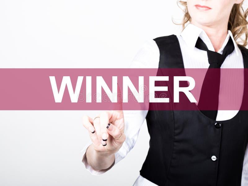 Vinnare som är skriftlig på den faktiska skärmen Teknologi-, internet- och nätverkandebegrepp kvinna i pressar för en svartaffärs arkivfoto