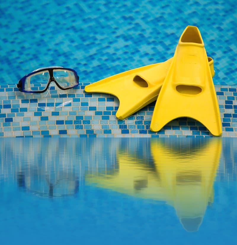 Vinnen en het duiken masker dat in water wordt weerspiegeld royalty-vrije stock foto