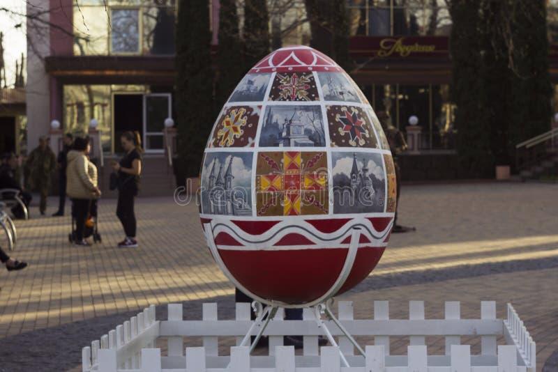 Vinnitsa, Украина - 10-ое апреля 2018: Первоначальные памятники яйцу на пасхе, торжеству украинской пасхи стоковое фото
