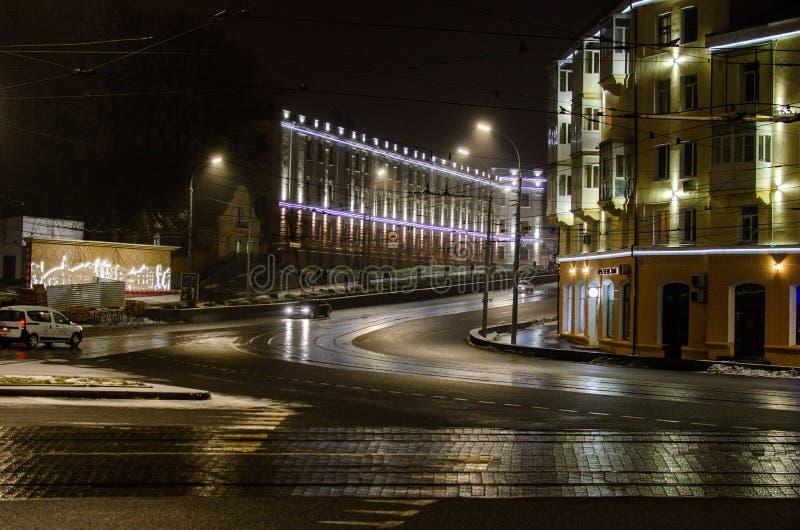Vinnitsa - en stad i Ukraina exponerade vid nattljus royaltyfri bild