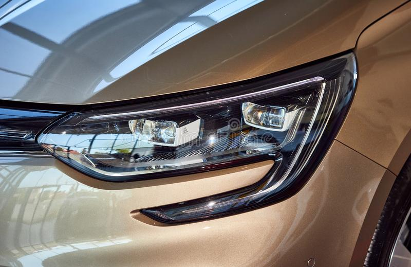 Vinnitsa, Ucraina - 07 agosto 2019 Renault Megane - Presentazione di un nuovo modello per le auto in showroom - faro destro fotografia stock libera da diritti
