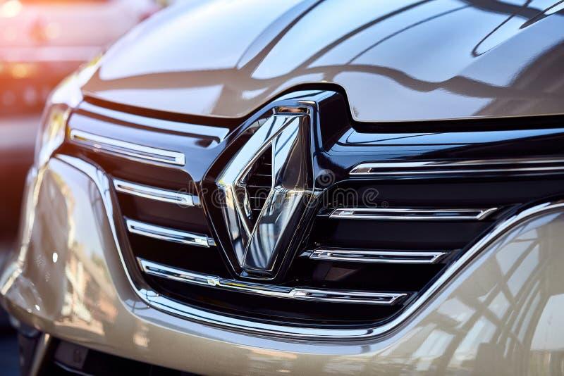 Vinnitsa, Ucrania - 7 de agosto de 2019. Renault Megane - nueva presentación de modelos de coche en la sala de exposición - logo imagen de archivo libre de regalías