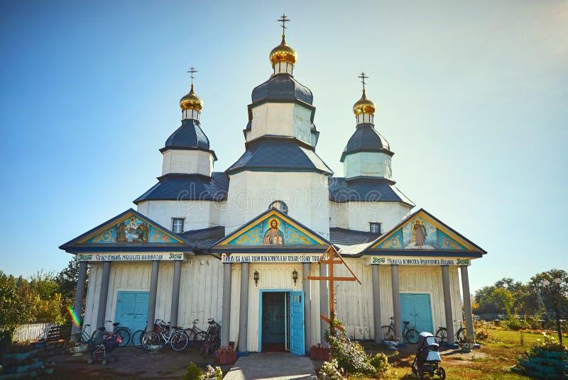 Vinnitsa, Ucrania - 14 de octubre de 2018: Iglesia antigua de madera hermosa en tono azul y blanco foto de archivo