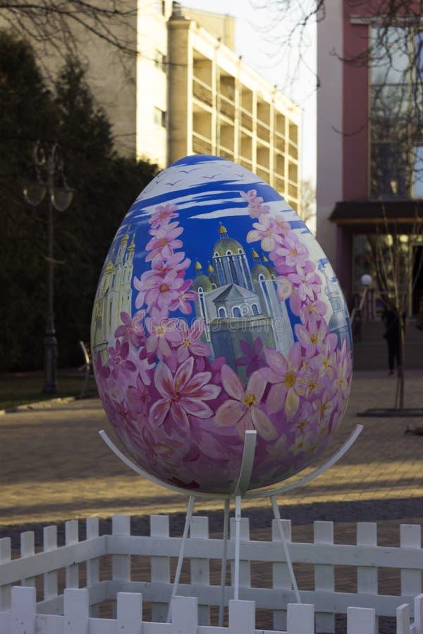 Vinnitsa Ukraina - April 10, 2018: Original- monument till ägget på påsken, berömmen av den ukrainska påsken royaltyfri foto