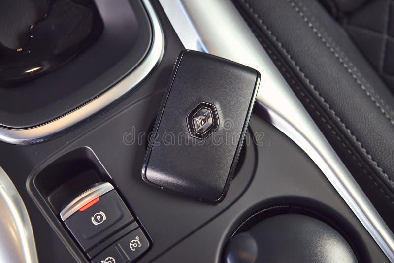 Vinnitsa Ukraina - April 04, 2019 Renault Kadjar - presentation för bil för ny modell i visningslokal - handbromsknapp och elektr fotografering för bildbyråer