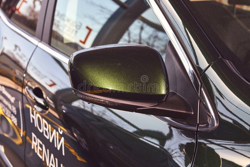 Vinnitsa Ukraina - April 04, 2019 Renault Kadjar - presentation för bil för ny modell i visningslokal - sidospegel royaltyfri foto
