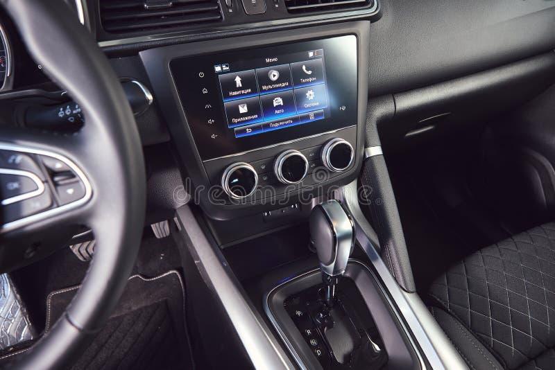 Vinnitsa Ukraina - April 04, 2019 Renault Kadjar - presentation f?r bil f?r ny modell i visningslokal - ?verf?ring fotografering för bildbyråer