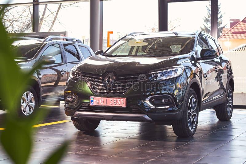 Vinnitsa Ukraina, Kwiecień, - 04, 2019 Renault Kadjar frontowy widok - nowego modela samochodu prezentacja w sali wystawowej - obraz royalty free