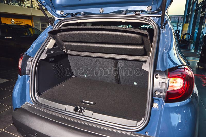 Vinnitsa Ukraina, Kwiecie?, - 02, 2019 Renault Captur bagażnik - nowego modela samochodu prezentacja w sali wystawowej - zdjęcie stock