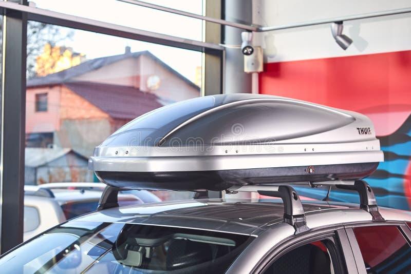 Vinnitsa Ukraina, Kwiecie?, - 02, 2019 Renault Captur bagażu pudełko wspinał się na dachu - nowego modela samochodu prezentacja w fotografia royalty free