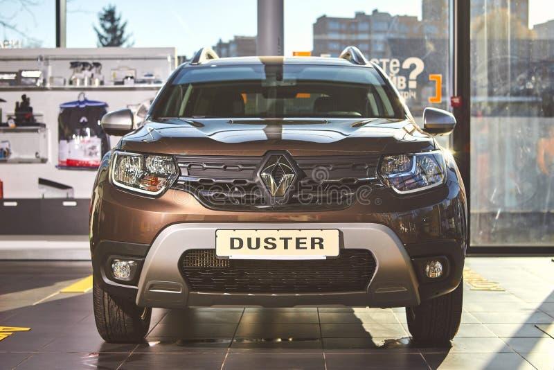 Vinnitsa Ukraina, Kwiecie?, - 02, 2019 Renault Duster frontowy widok - nowego modela samochodu prezentacja w sali wystawowej - obraz royalty free