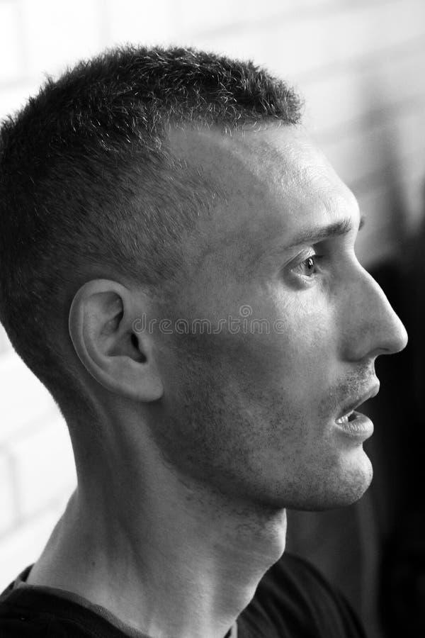 Vinnitsa Ukraina - mars 5, 2018: Profil av mannens framsida Mannen i profilen ser framåt royaltyfri bild