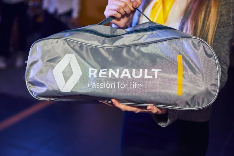 Vinnitsa Ukraina - mars 21, 2018 Renault nöd- hjälpmedelpåse i bilen för lopp royaltyfri bild