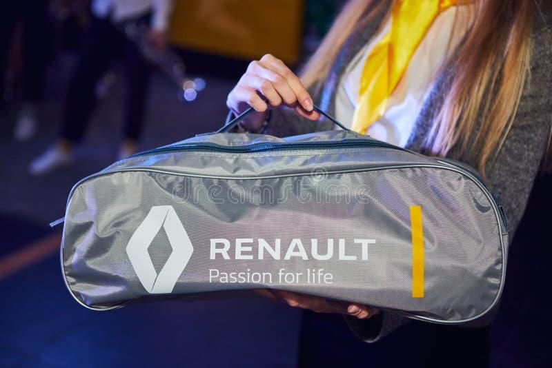 Vinnitsa Ukraina - mars 21, 2018 Renault nöd- hjälpmedelpåse i bilen för lopp royaltyfri foto