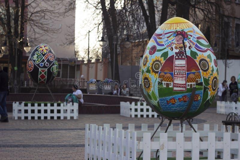 Vinnitsa, Ukraine - 10. April 2018: Ursprüngliche Monumente zum Ei bei Ostern, die Feier von ukrainischem Ostern lizenzfreies stockbild