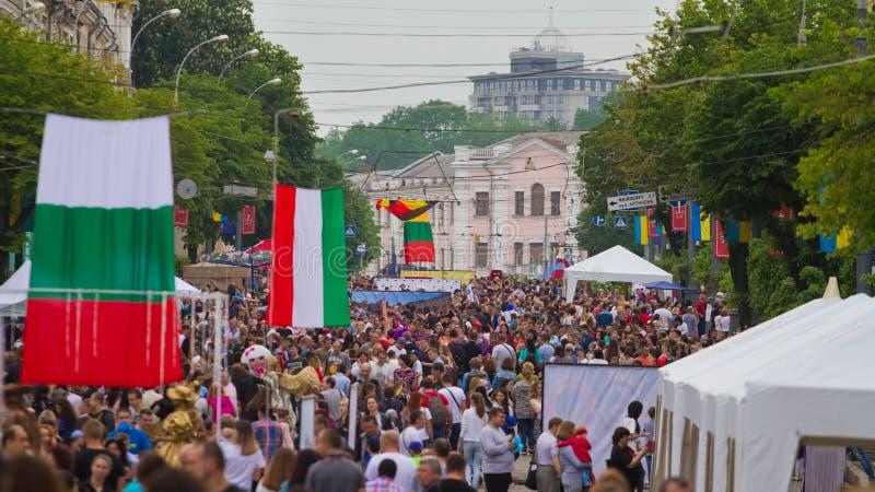 Vinnytsia Ukraina - 18 05 2019: Europeiska flaggor och folkfolkmassor i den Soborna gatan, stadscentrum arkivbilder