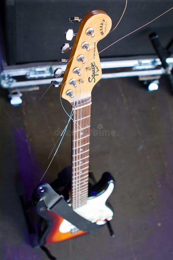 Vinnytsia, Ukraine - 09 20 2015 : guitare soloe de Squier d'amortisseur de Stratocaster de série légendaire de balle image libre de droits