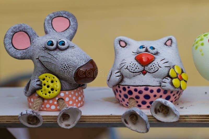 Vinnytsia, Ukraine - 18 05 2019 : jouets animaux dr?les de souris et de chat d'argile en c?ramique authorial fait main en vente images libres de droits