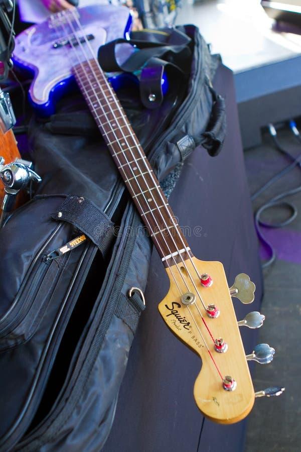 Vinnytsia, Ukraine - 09 20 2015 : la guitare basse d'amortisseur légendaire de Squier se trouve sur la couverture noire sur l'éta photos stock